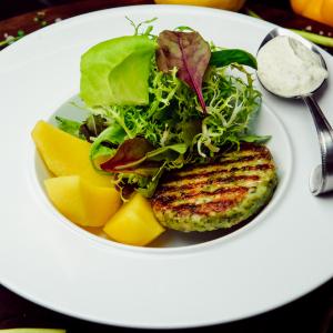 Котлеты из судака с соусом тар-тар, микс салат. и отварной картофель