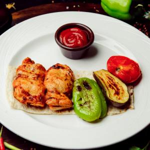 Шашлык из куриного бедра с овощами