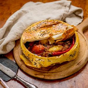Говядина по-Боярски в запеченном хлебе на глиняной посуде