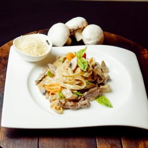 Феттучини с говядиной и грибами