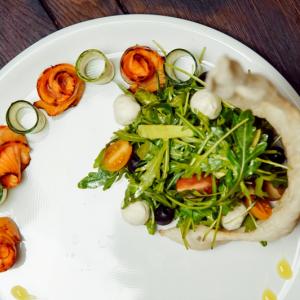 Салат  руккола с запеченной семгой