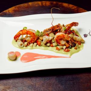 Салат с морепродуктами с пюре из спаржи