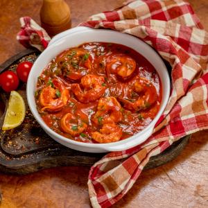 Тигровые креветки жареные в остро - томатном соусе